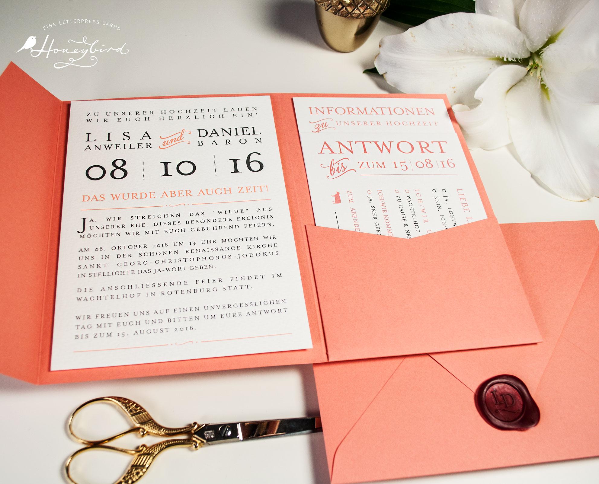 Hochzeitseinladung Providence im Pocketfold in Koralle und Graphit mit Siegel, Informationskarte und Antworkarte