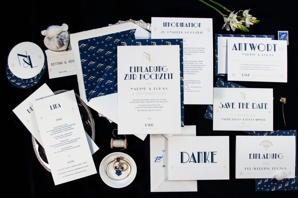 Get the Gatsby, Hochzeitspapeterie im Stil der 20er Jahre mit Monogramm in Mitternachtsblau.