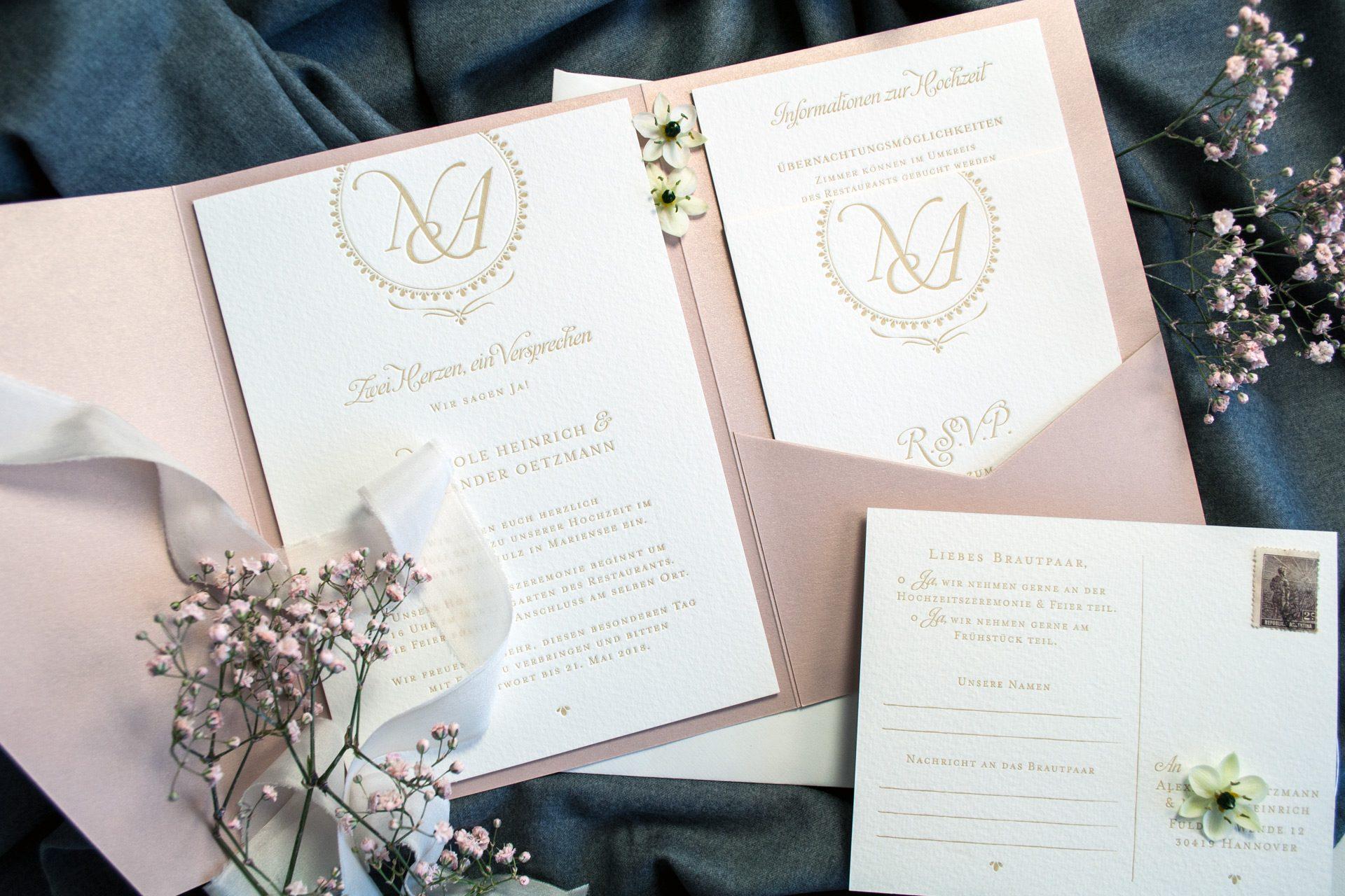 Pocketfold Einladung im Design Kensington im Letterpress mit Monogramm RSVP im Letterpress gedruckt.