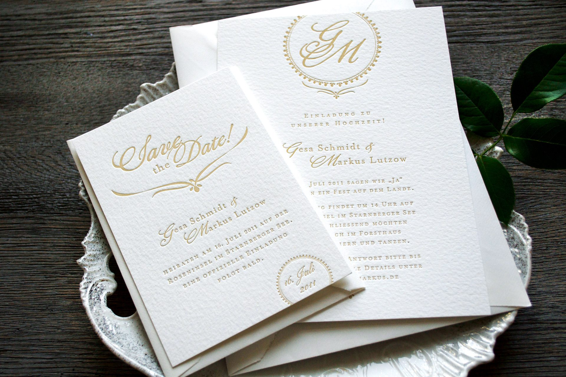 Einladungsset für die Hochzeit mit Einladung und Save the Date, mit monogramm gestaltet als Hochzeitslogo.