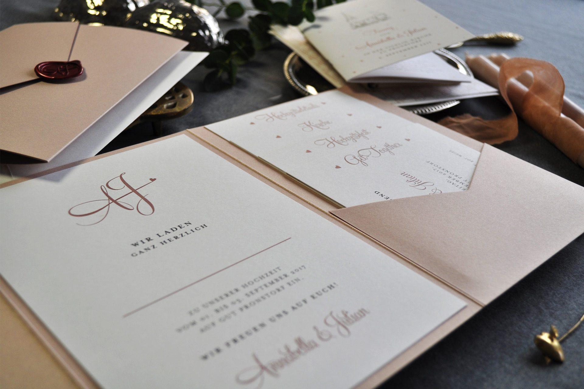 Monogramm Couture, edle Einladung im Pocketfold mit Wachs Siegel mit persönlichem Monogramm sowie Kirchenprogramm.