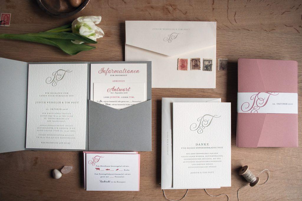 Monogramm im Pocketfold mit Antwortkarte und Informationen, Banderole und Dankeskarte mit bedruckten Umschlägen.