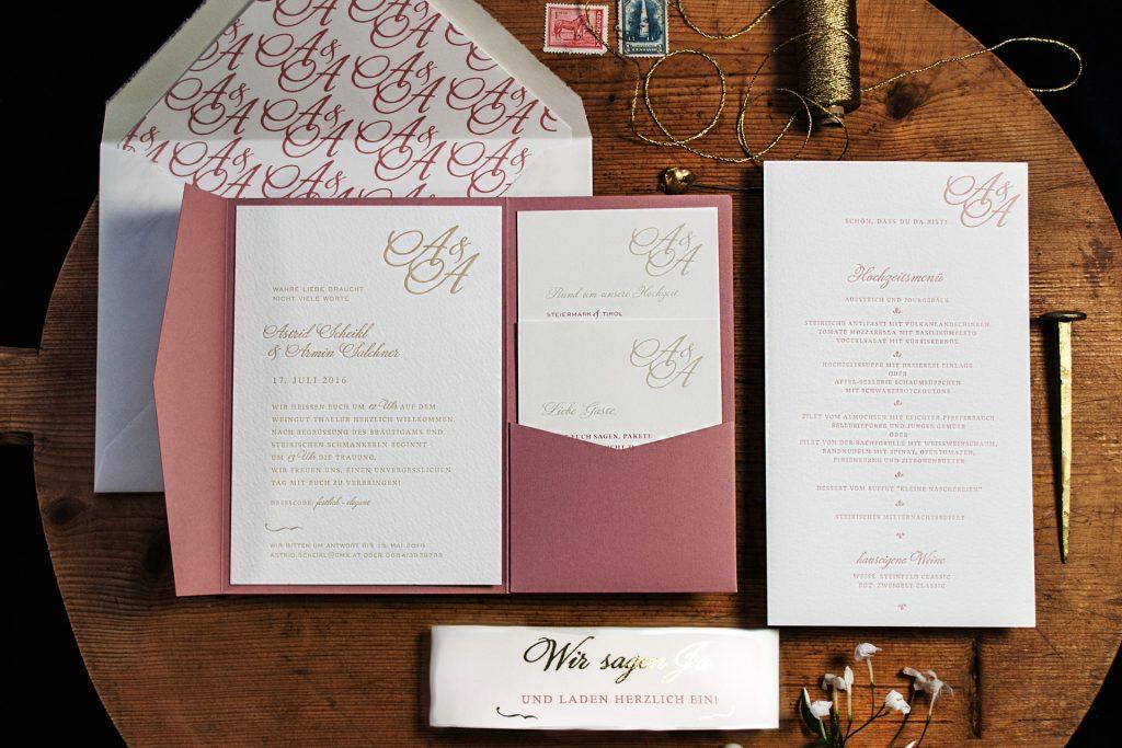 Monogramm im Pocketfold im Vintage Stil mit Informationen, Banderole bedruckten Umschlägen und Kuvertinnenfutter mit Hochzeitslogo.