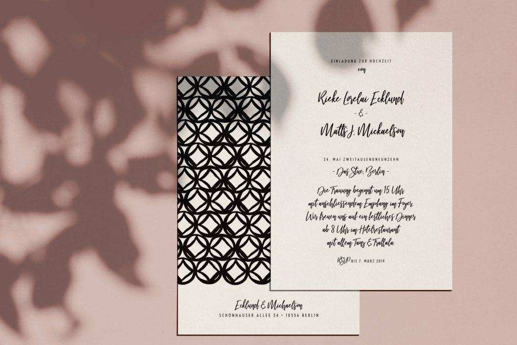 Moderne Hochzeitskarten mit eklektischem Muster auf der Rückseite.