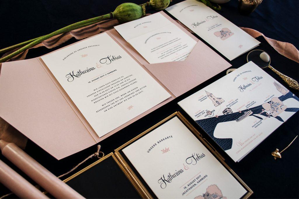 Einladung im Pocketfold im Design Mulberry mit Timeline, Barkarte sowie Menü.