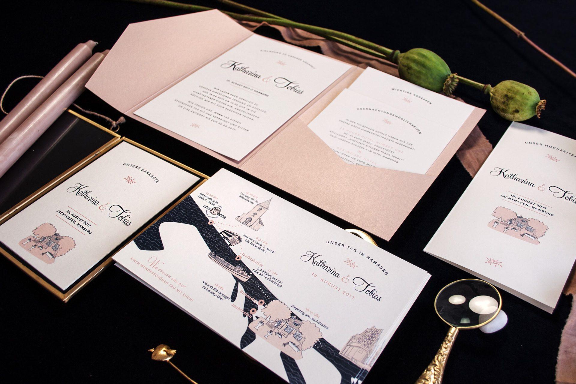 Hochzeitskarten Mulberry im Pocketfold, schimmernd Nude mit HochzeitsAblauf und Timeline, Barkarte und Menü.