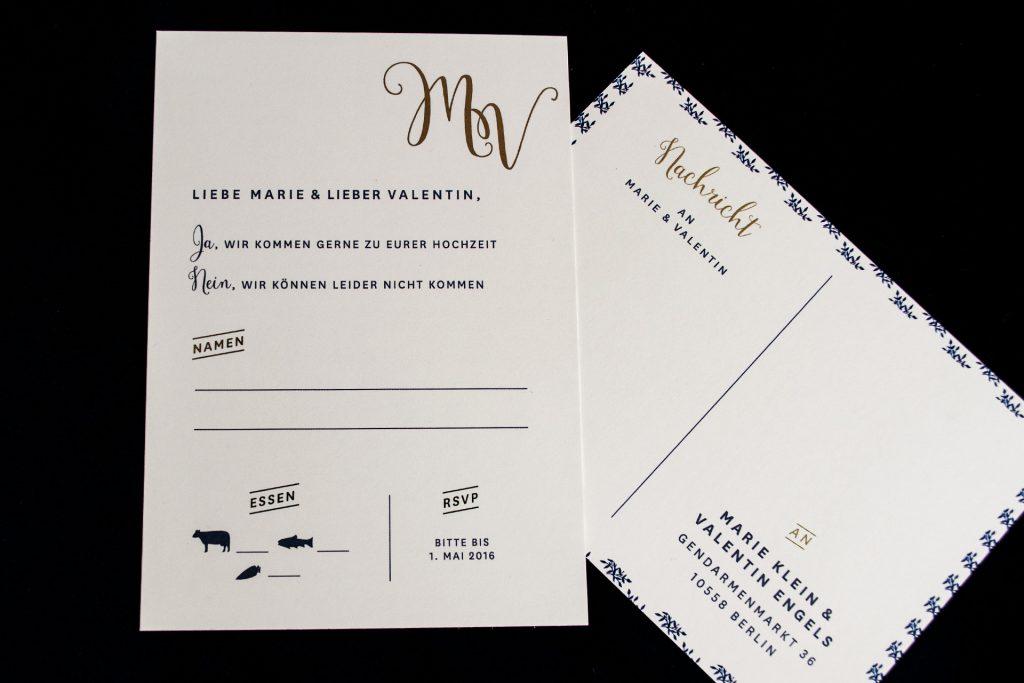 Antwortkarte im Design Mulberry mit Gold mit Hochzeitslogo, Einladungskarten Gold.