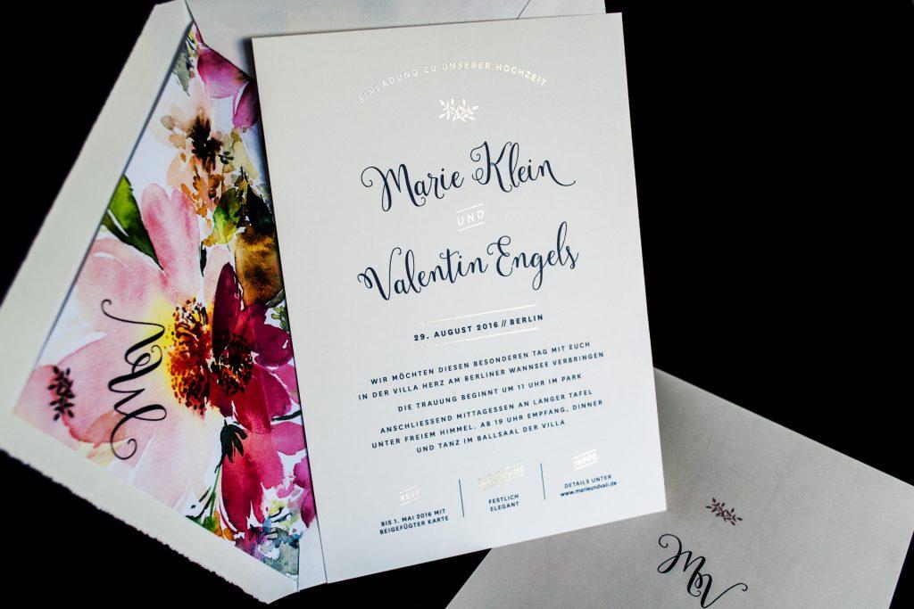 Einladungskarten mit Gold Honeybird Design Mulberry mit Gold Foliendruck verdelet, romantischer Schrift und individuellem Kuvertinnenfutter.