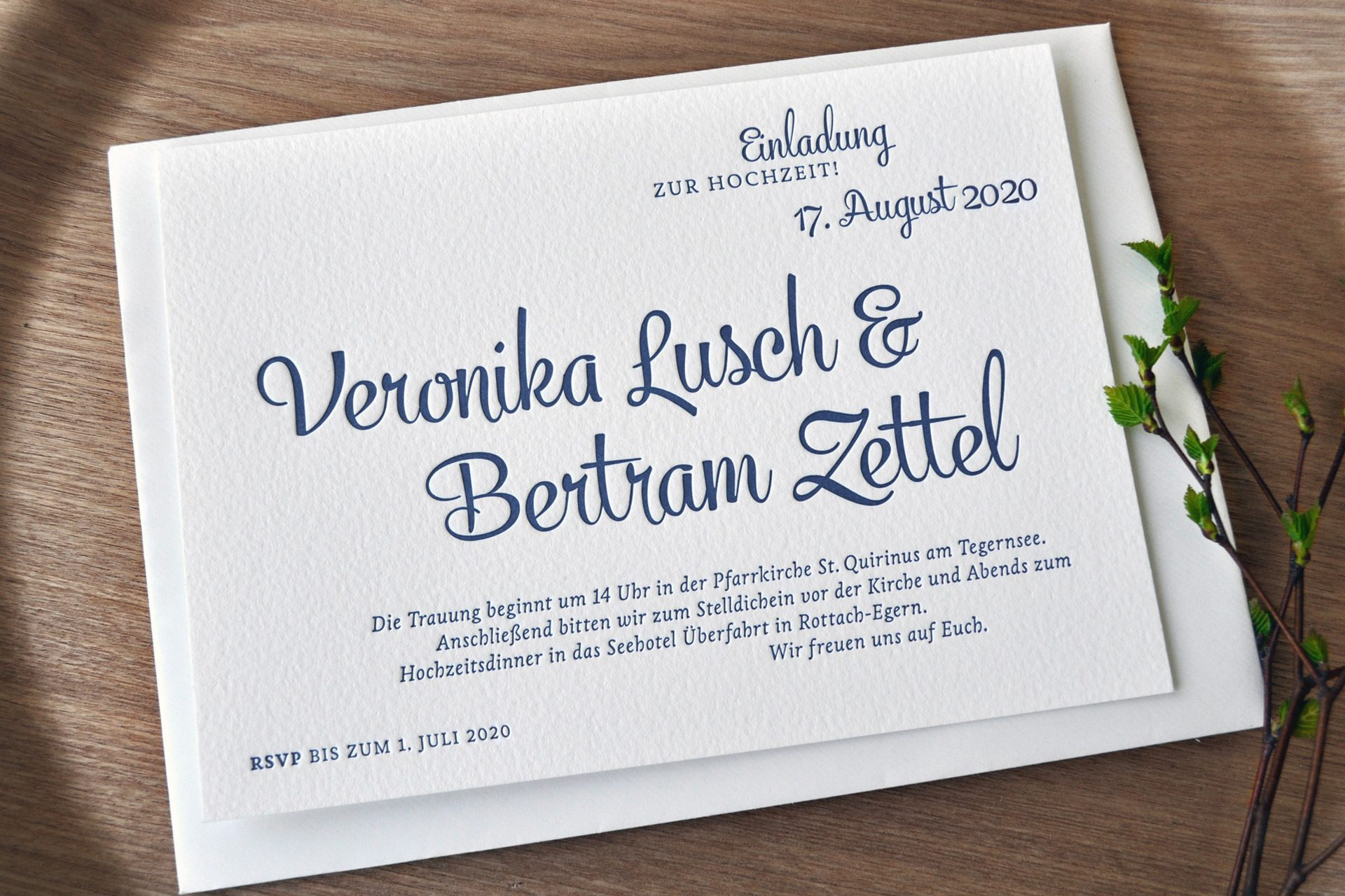 Einladung zur Hochzeit im Design Rochelle elegant in Mitternachtsblau und fühlbar gedruckt im Letterpress.