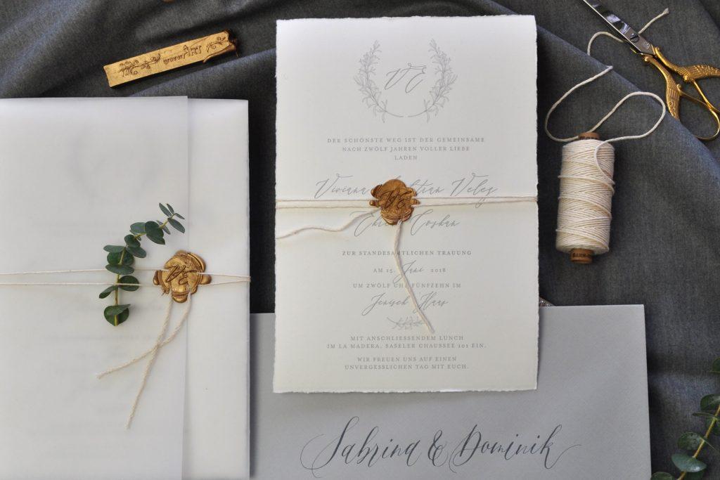 Tenderly ist eine gefühlvolle Hochzeitspapeterie mit einem Hochzeitslogo auf Büttenpapier im Letterpress gedruckt.