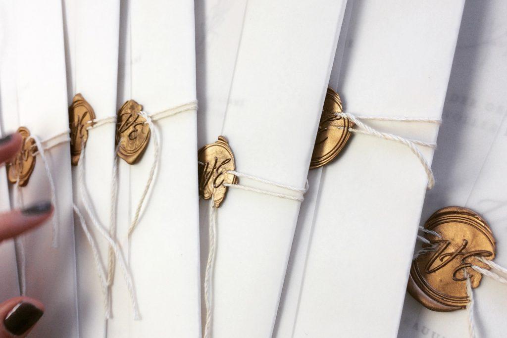 handkonfektionierte Hochzeitskarten mit Transparenteinschlag, goldenem Wachssiegel und Leinenband.