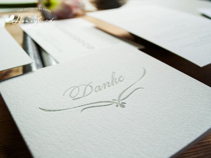 Dankeskarte im Letterpress zur Hochzeitspapeterie in hellgrau, klassisches Design.
