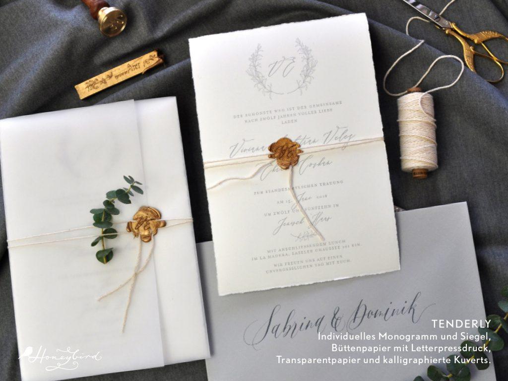 Hochzeitsset Tenderly mit indviduellem Wachssiegel mit Monogramm in gold und Letterpressdruck für die Einladung dazu gabs handkalligraphierte Kuverts in hellgrau.