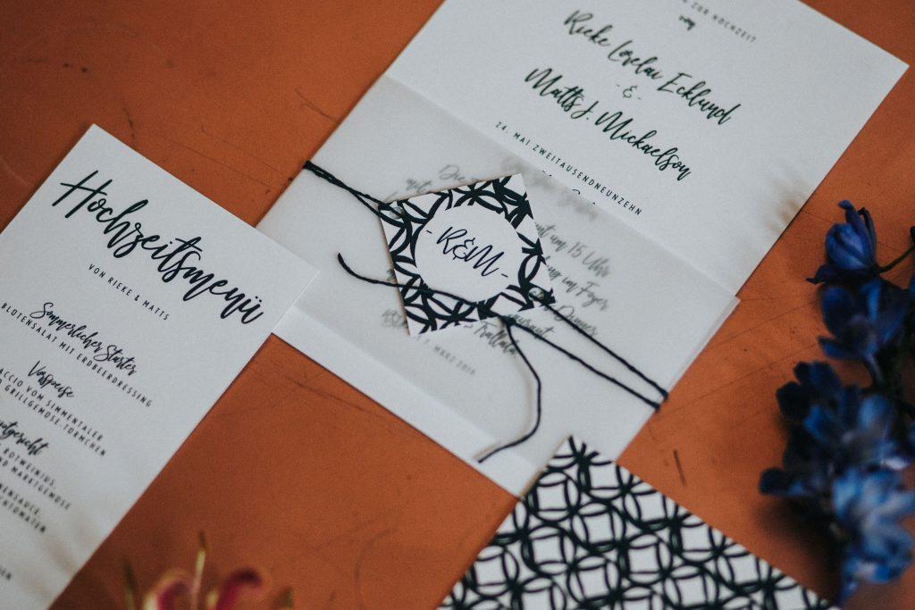 Einladungskarte mit Banderole aus Transparentpapier mit Hochzeitslogo