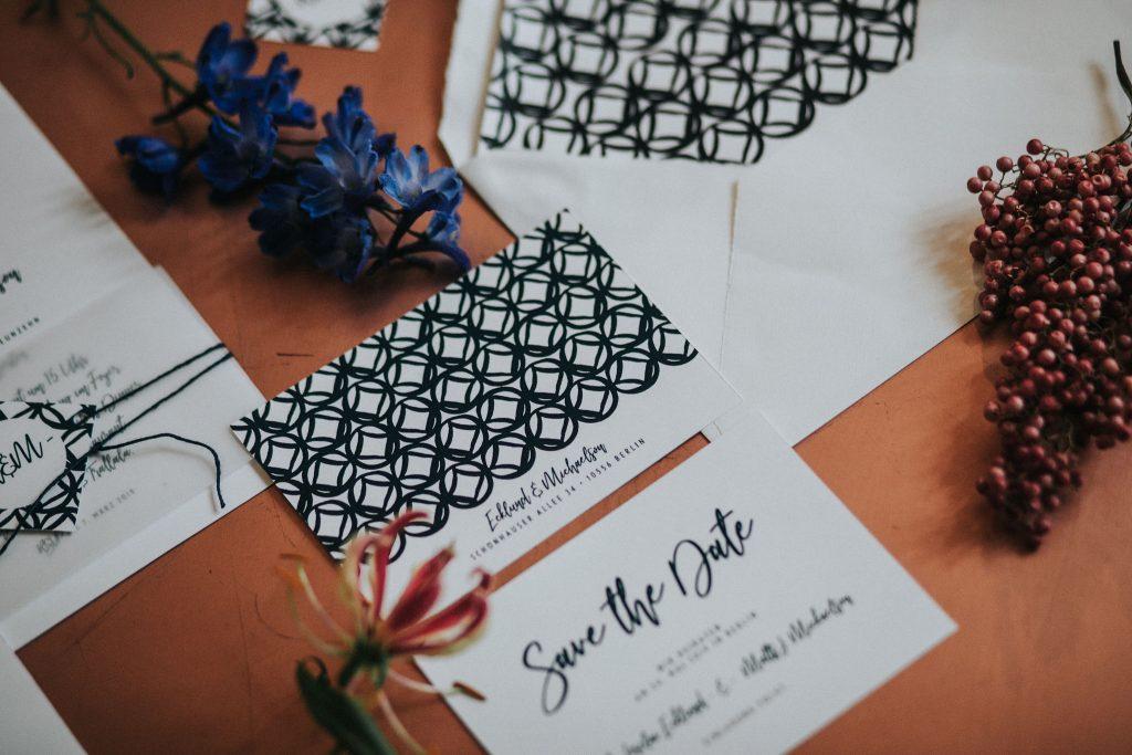 Save the Date Karte zur Hochzeit mit modernem Muster