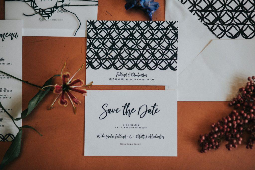 Save the Date Karte mit Muster im Design Monterey zur Hochzeit.