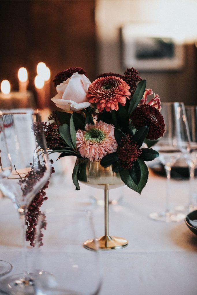 blumendekoration zur Hochzeit mit modernen Hochzeitskarten