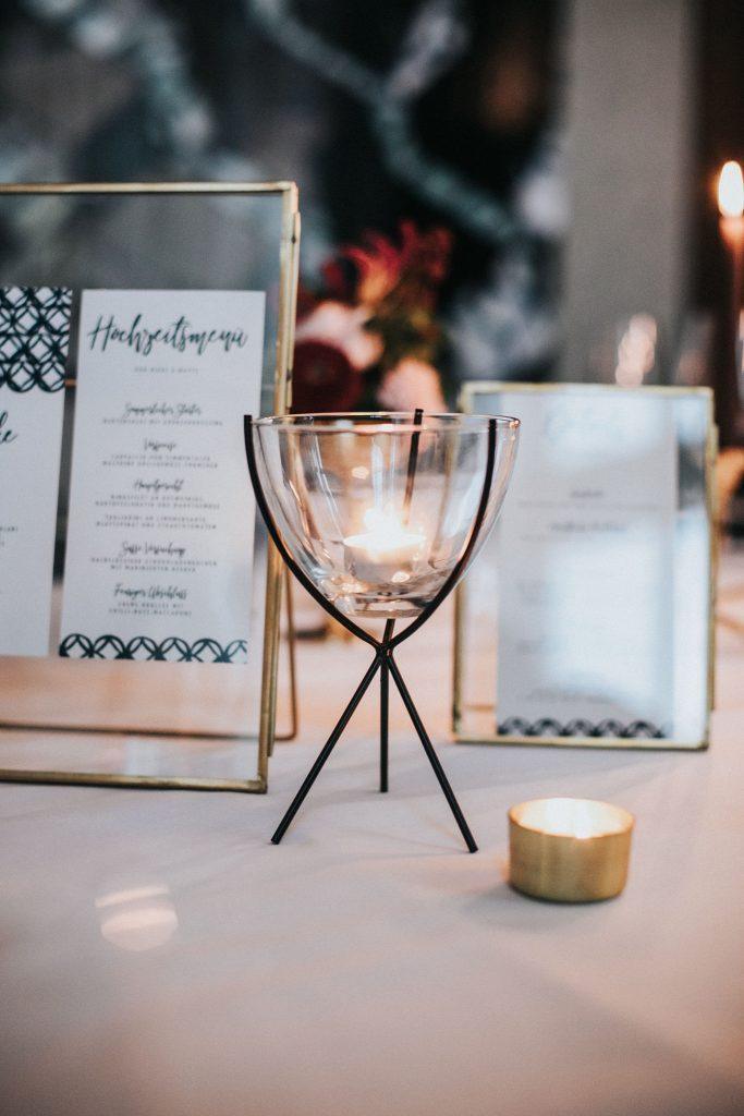 Menü und Getränke zur Hochzeit in der Tischdekoration