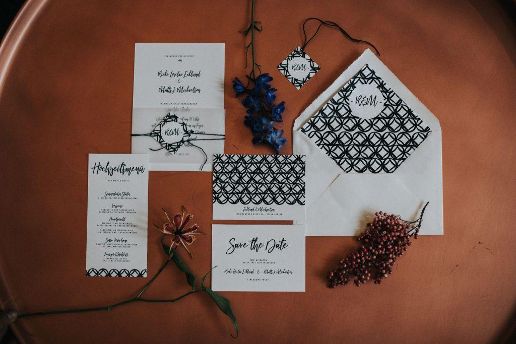 Moderne Hochzeitskarten Monterey in Mitternachtsblau mit modernem Muster mit Kuverinnenfutter und Hochzeitslogo Stue moderne Hochzeitseinladung.