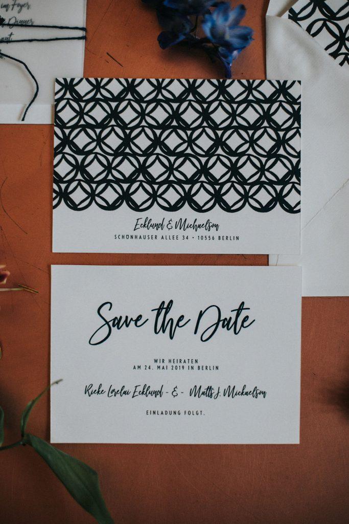Moderne Hochzeitskarten beginnen mit einer Save the Date Karte.