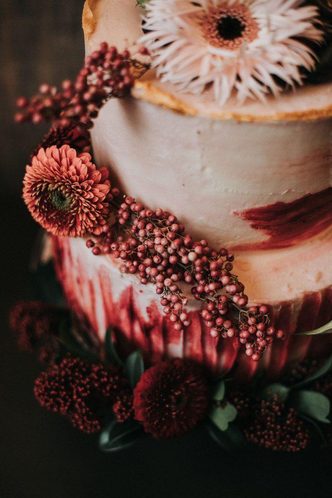 Kuchen von cakes berlin mit modernen Hochzeitskarten