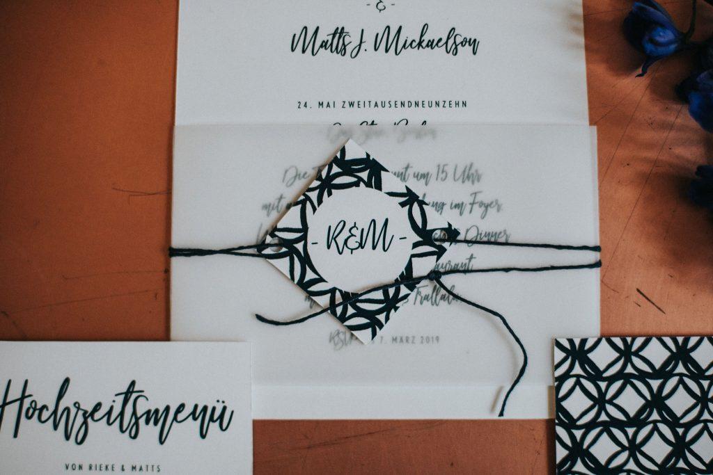 Einladungskarte mit Transparentpapier-Banderole