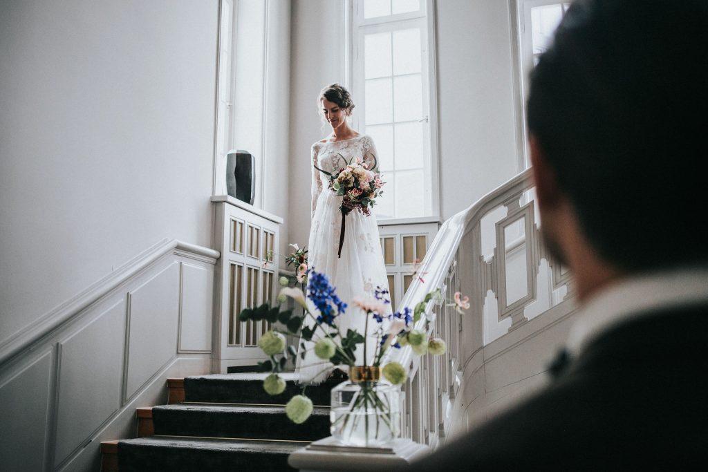 Hier kommt die Braut mit modernen Hochzeitskarten