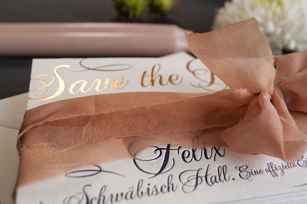Heissfolienprägung für die Save the Date Karte im Design Loveletter in Gold von Honeybird fine letterpress cards.
