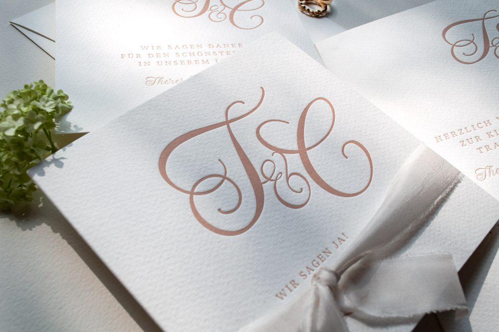 Monogramm Hochzeitseinladung im Letterpress in Pudertönen, Blush mit Kirchenprogramm und Dankeskarte.