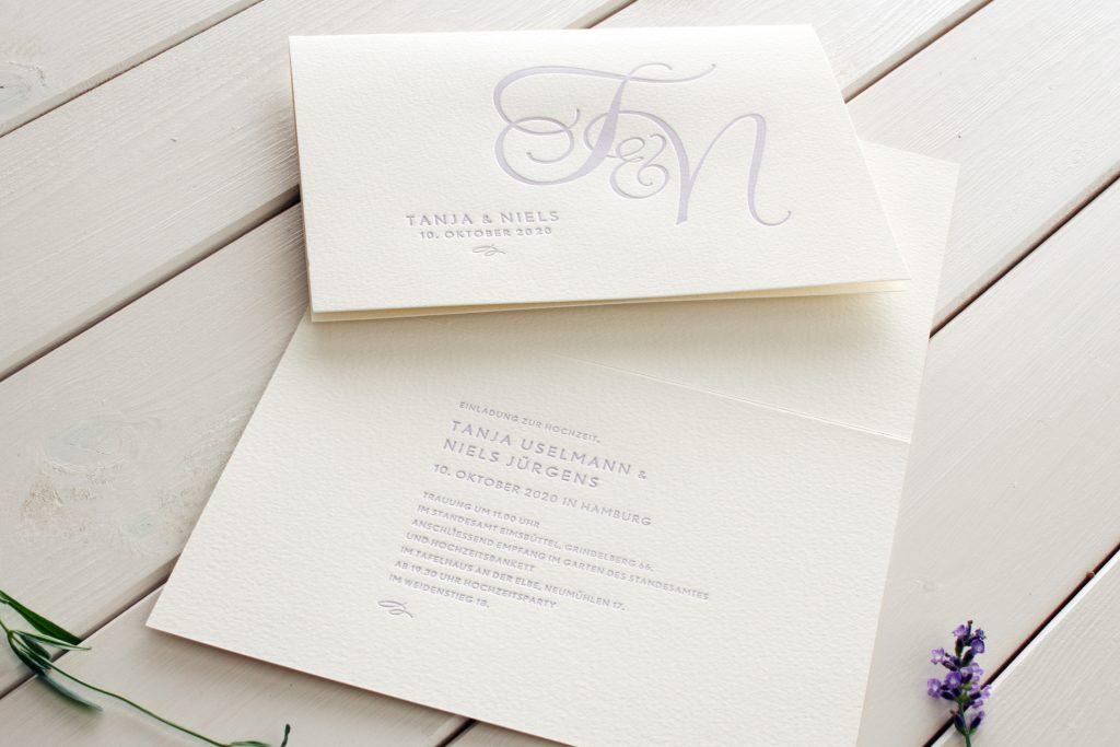 Einladung Monogramm Lavendel für Hochzeitspapeterie