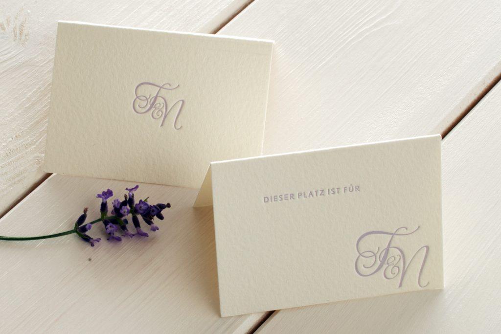 Tischkärtchen Monogramm Lavendel für Hochzeitspapeterie