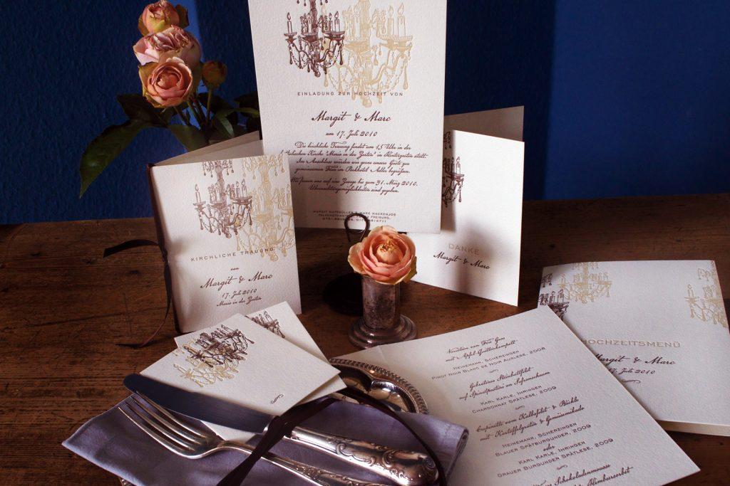 Sanssouci Einladungskarten mit Lüster und Kronleuchter in den Farben creme und Chocolate. Kirchenprogramm, Hochzeitsmenü, Tischkarten und Dankeskarte.
