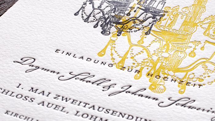 Hochzeitseinladung im Schloss mit Kronleuchtern und Lüster für die Schlosshochzeit im Letterpress, stilvolle Hochzeitskarten.
