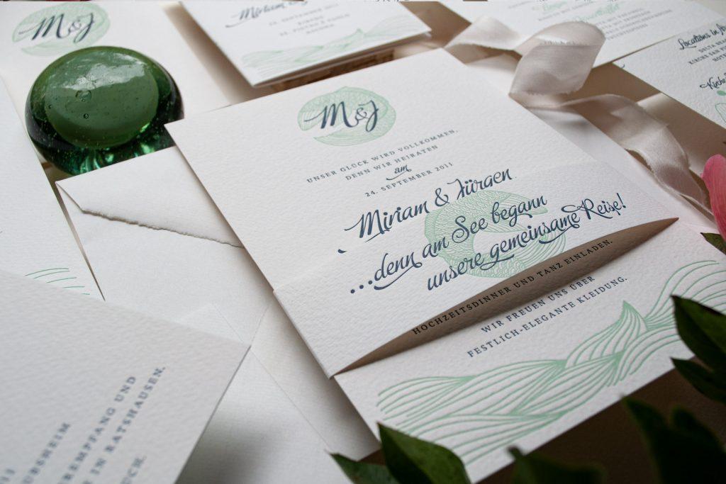 Einladungsset mit Banderole  ... denn am See begann Ihre Reise, Fisch und Monogramm, Destination-Wedding  Lago Maggiore, Ascona.