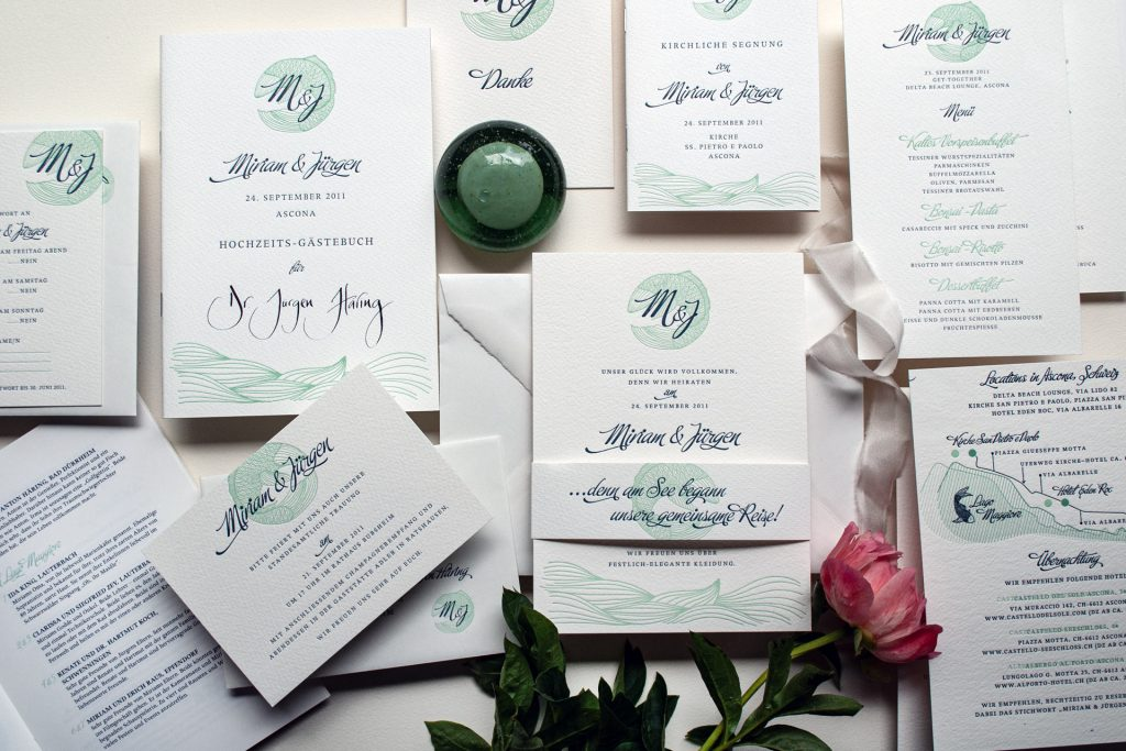 Couture Papeterie, individuelle Einladung mit Banderole, Lageplan, Menü, Gästebuch, Antwortkarte, Einladung zur Standesamtlichen Trauung, Kirchenprogramm, Dankeskarte, Lago Maggiore Destination Wedding in Ascona