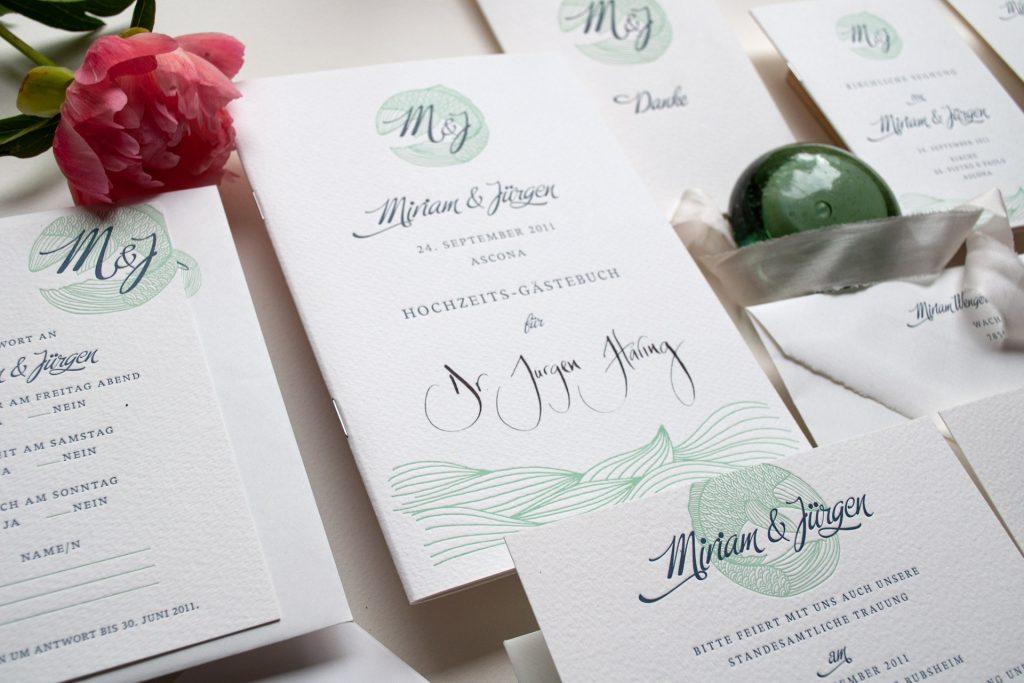 Gästebuch mit kalligraphiertem Namen, ein Who-is-Who der geladenen Gäste im Letterpress gedruckt mit  Fisch und Monogramm, Destination-Wedding  Lago Maggiore, Ascona.