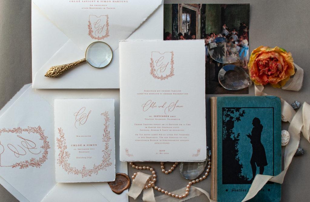 French Wedding by Honeybird PEARL Auf Büttenpapier mit einem romantischen Monogramm im Blätterkranz - Fine art wedding