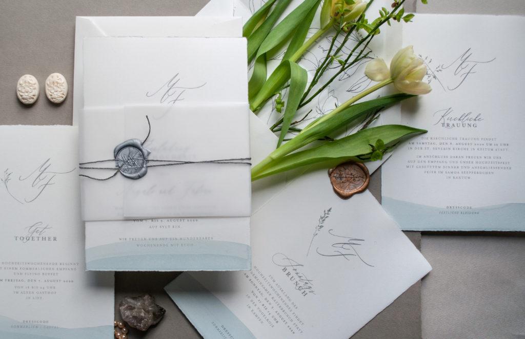 Unique Hochzeitspapeterie von HONEYBIRD hand veredelte Einladungskarten mit Aquarellkante - jede Einladung ein Unikat