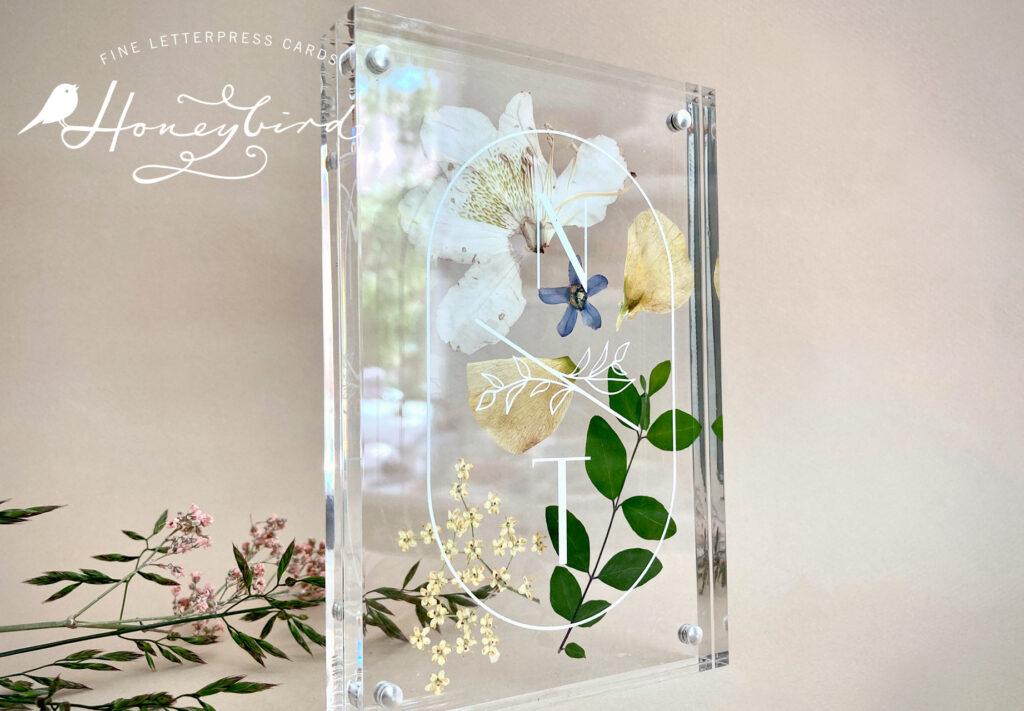 Euer Hochzeitslogo auf einem Acryl Wechselrahmen von Honeybird