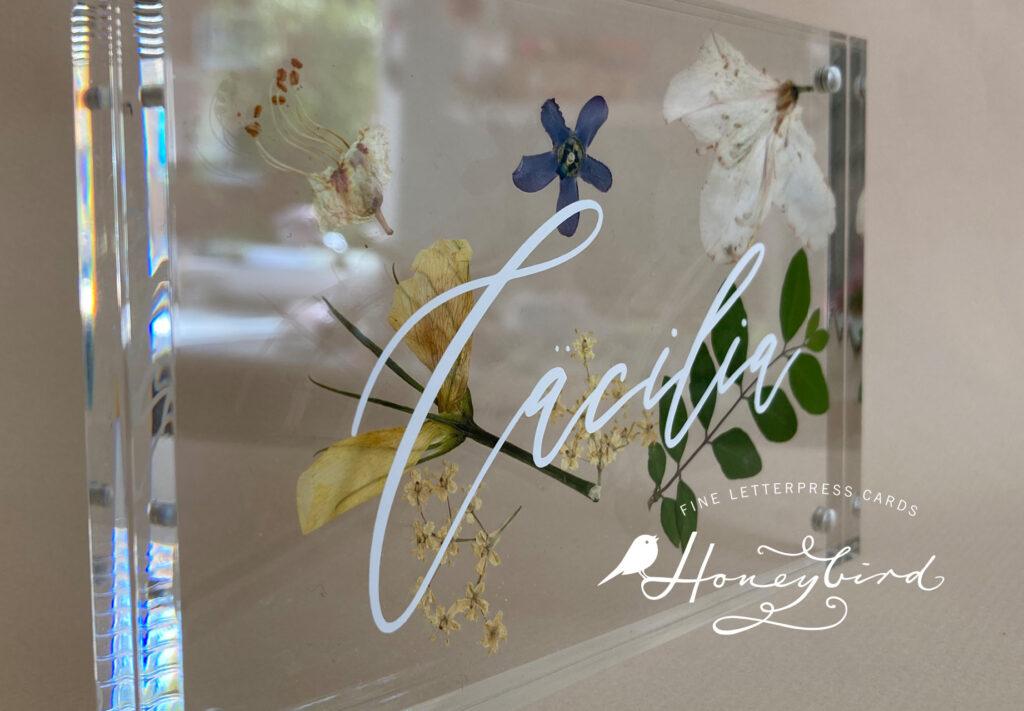 Namensschilder mit getrockneten Blüten - ein besonders persönliches Geschenk von Honeybird