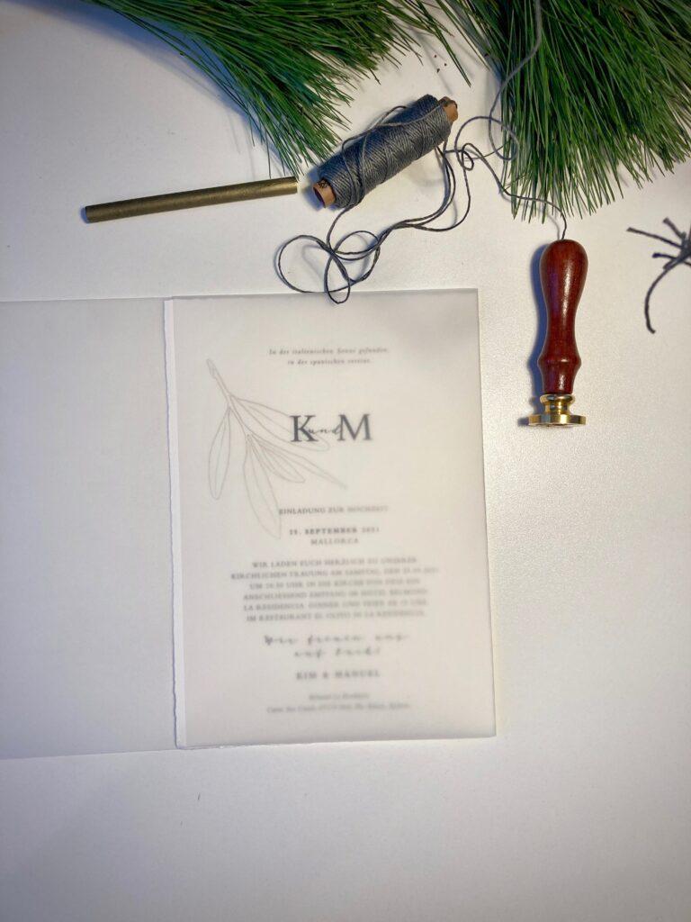 Wedding Design Tuscany Valley, Hochzeitspapeterie von Honeybird auf Echt Bütte mit transparentem Einschlag und Siegelwachs und grauem Leinengarn