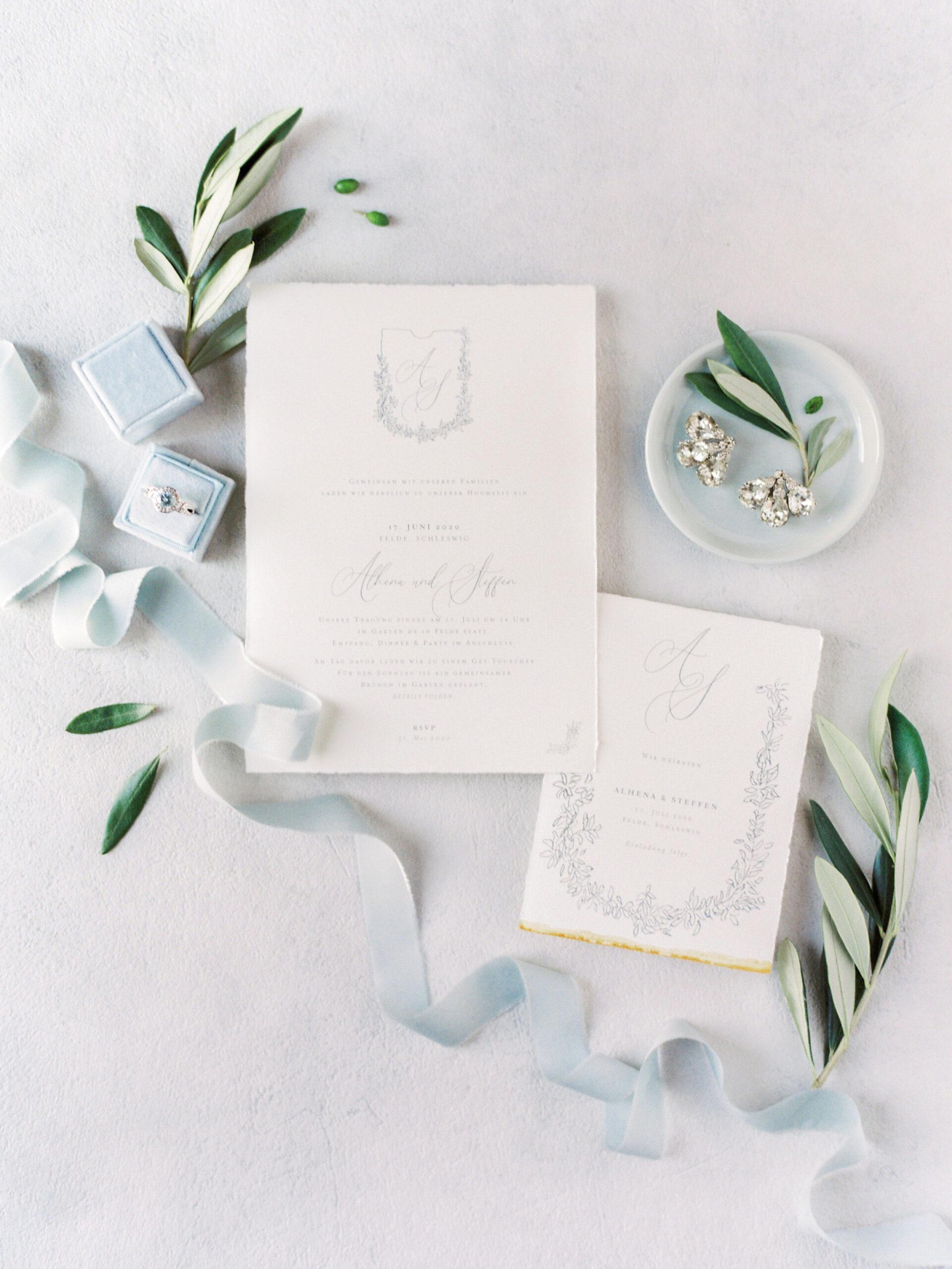 Blue Pearls Hochzeitspapeterie Einladung und Save the Date von Honeybird.de