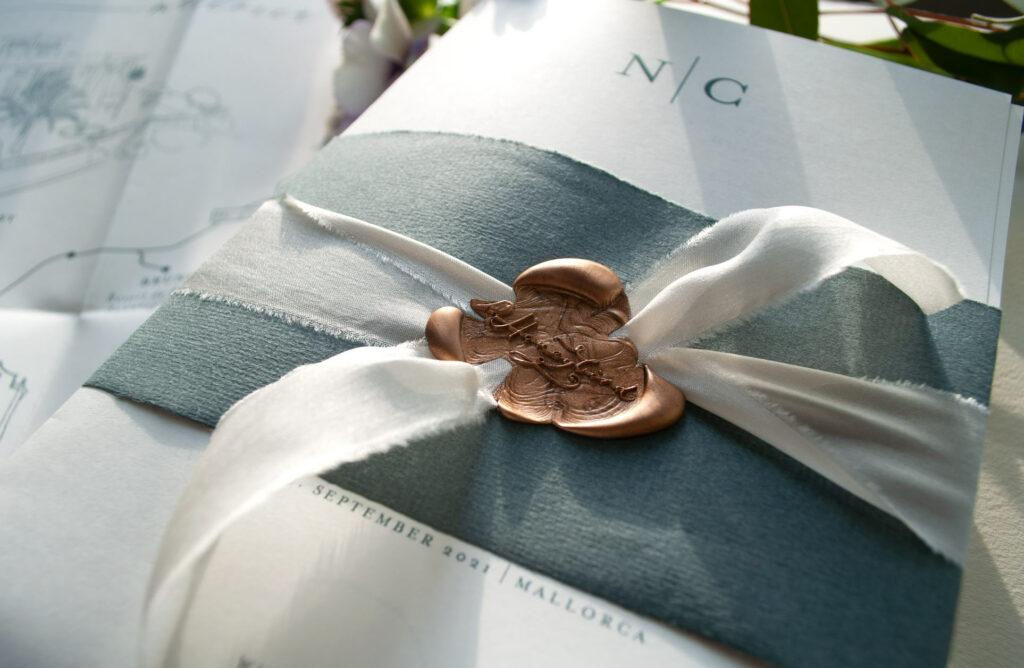 Honeybird Weddingposter Mono  mit Banderole im gleichen Ton und Seidenband versiegelt mit einem goldenen Siegel