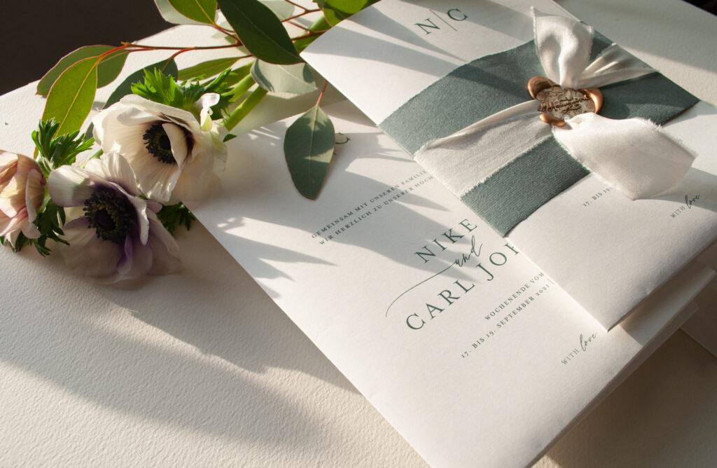Honeybird minimalistischer Stil Hochzeitsposter Weddingposter Mono mit Banderole im gleichen Ton und Seidenband versiegelt mit einem goldenen Siegel