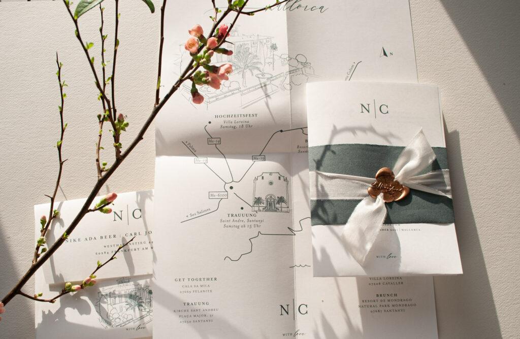 Honeybird Weddingposter Mono Einladungskarten als Hochzeitsposter mit übersichtlicher Karte Map Banderole mit Seidenband und Siegel